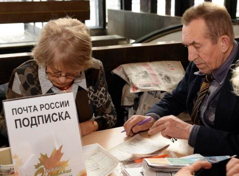 Читает стих пенсионеры
